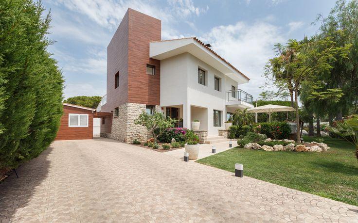 Portada de servicios de fotografía inmobiliaria. Casa de dos plantas con jardín y casa de invitados.